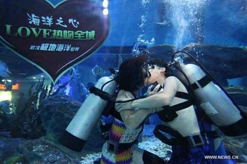 Hôn nhau dưới nước trong ngày Valentine châu Á (2)