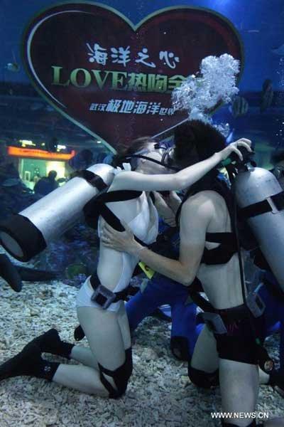 Hôn nhau dưới nước trong ngày Valentine châu Á (1)