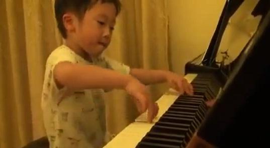 kinh ngac man choi piano cua cau be 4 tuoi