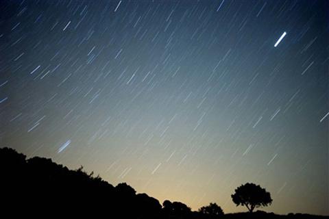 Mưa sao băng Perseids sẽ xảy ra vào đêm ngày 12, rạng sáng 13/8; là cơn mưa đẹp nhất trong năm với mật độ khoảng 60-80 vệt/h.