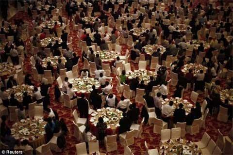 Phòng ăn trên cao ốc mới xây đủ chứa 2.000 người, bằng số cư dân Huaxi trước khi mở rộng