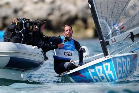 Ben Ainslie của Vương Quốc Anh đang trả lời phỏng vấn sau khi giành vinh quang trong cuộc đua the Finn Class tại Weymouth và Portland