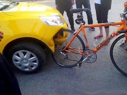 Hình ảnh một chiếc ô tô được cho của Trung Quốc toác đầu vì đâm vào một chiếc xe đạp đang thu hút sự quan tâm lớn của cư dân mạng.