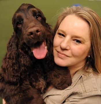 Carol Miller, 42 tuổi, ở đông Kilbride, Scotland mắc bệnh tiểu đường 4 lần may mắn thoát chết nhờ con chó Hamis, một chú chó giống Cocker Spaniel. Hamis có thể phát hiện bệnh nhân tiểu đường bằng cách nhận ra mùi và chăm sóc bệnh nhân như theo dõi túi thuốc, phát hiện những triệu chứng nguy hiểm khi chủ nhận hạ đường huyết. Ảnh: Hemedia.