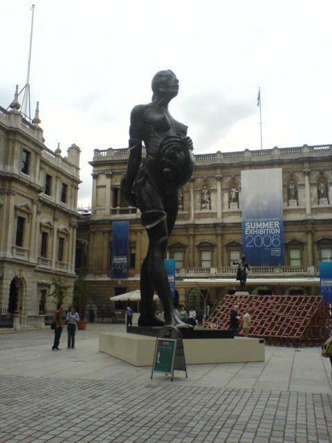 Những bức tượng kỳ dị nhất thế giới (2)