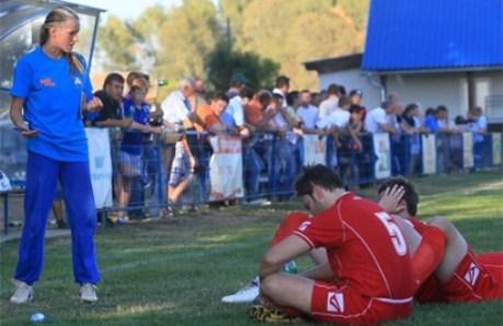 Nemčić chỉ đạo các cầu thủ trong giờ nghỉ.