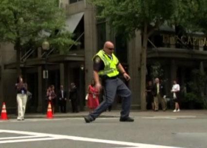 Sĩ quan cảnh sát chỉ huy giao thông bằng… vũ điệu.