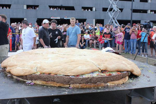 Bánh burger khổng lồ nặng hơn 1 tấn