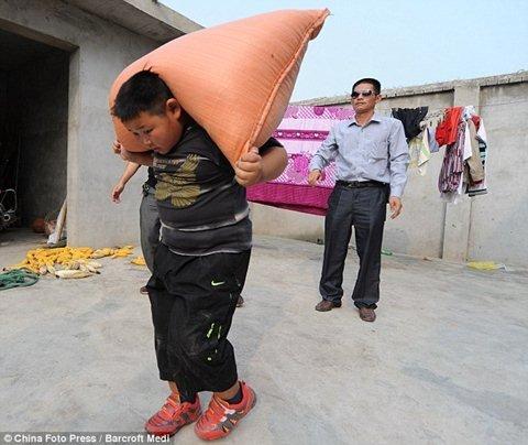 Lực sĩ... 7 tuổi kéo ô tô gần 2 tấn (5)