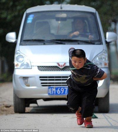 Lực sĩ... 7 tuổi kéo ô tô gần 2 tấn (4)