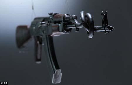 Nòng súng AK47 bị bẻ cong trong tác phẩm của hai nghệ sĩ Tim Noble và Sue Wenster.
