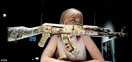 Súng AK47 bọc USD của nghệ sĩ Bran Symondson.