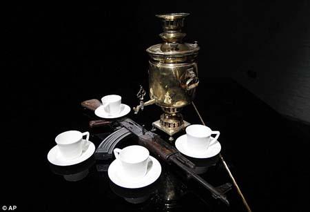 Tác phẩm của nghệ sĩ Douglas Gordon: súng AK47 cạnh tách trà và ấm đun trà samovar.