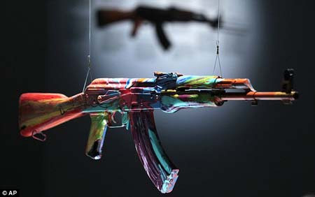 Treo súng vì Hòa bình một ngày của nghệ sĩ người Anh Damien Hirst.