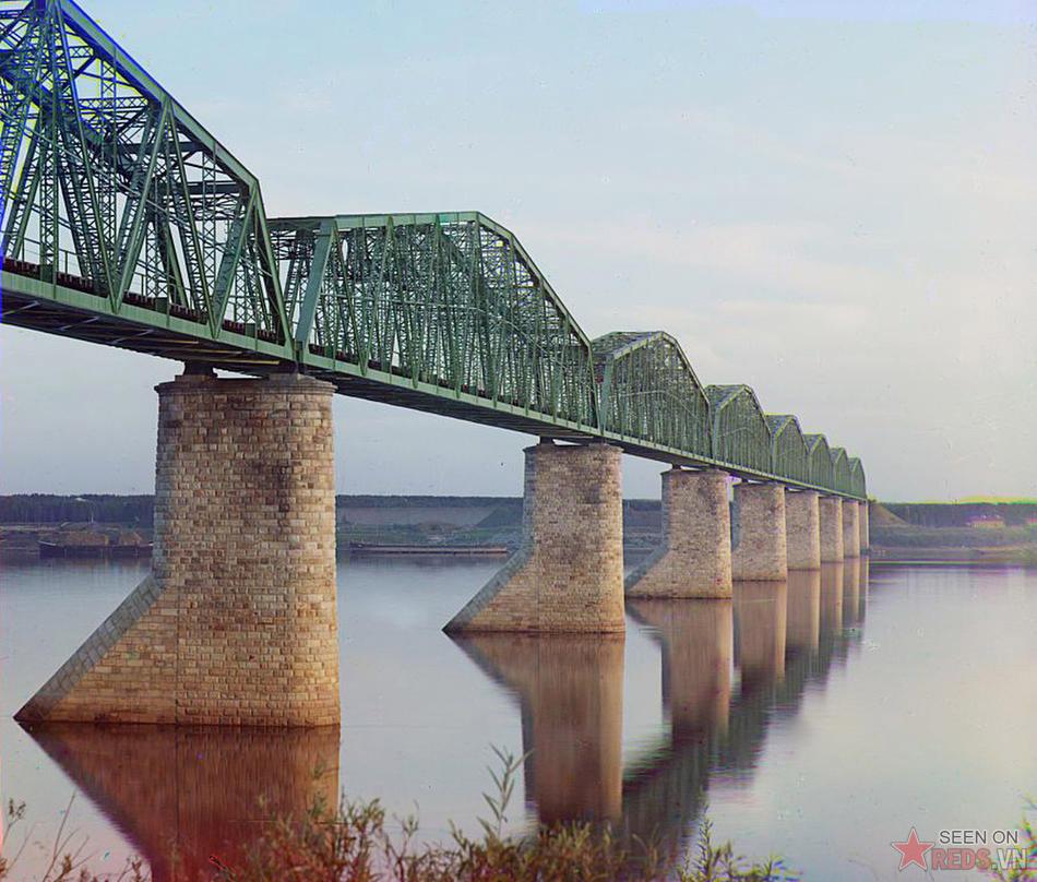 Cây cầu trên tuyến đường sắt xuyên Sibiri làm bằng kim loại, đặt trên các trụ đá, bác qua sông Kama gần Perm, khu vực dãy núi Ural,1910.