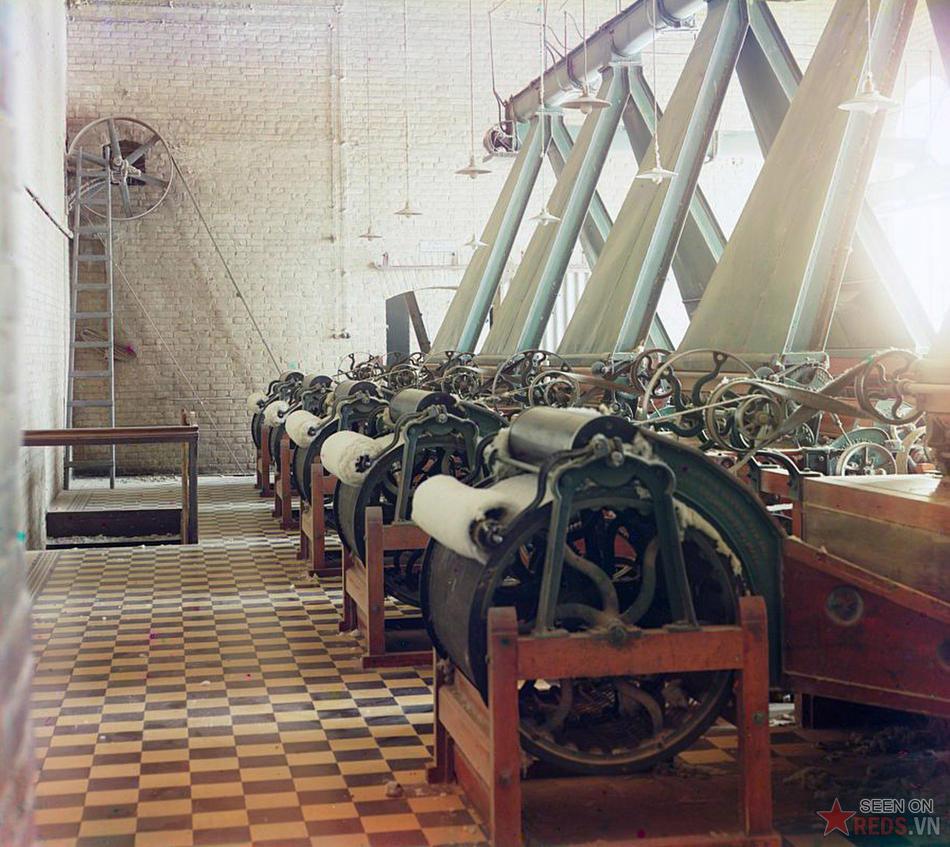 Phân xưởng của một nhà máy dệt bông với các quay sợi, có thể là tại Tashkent (Uzbekistan), khoảng năm 1905 – 1915.