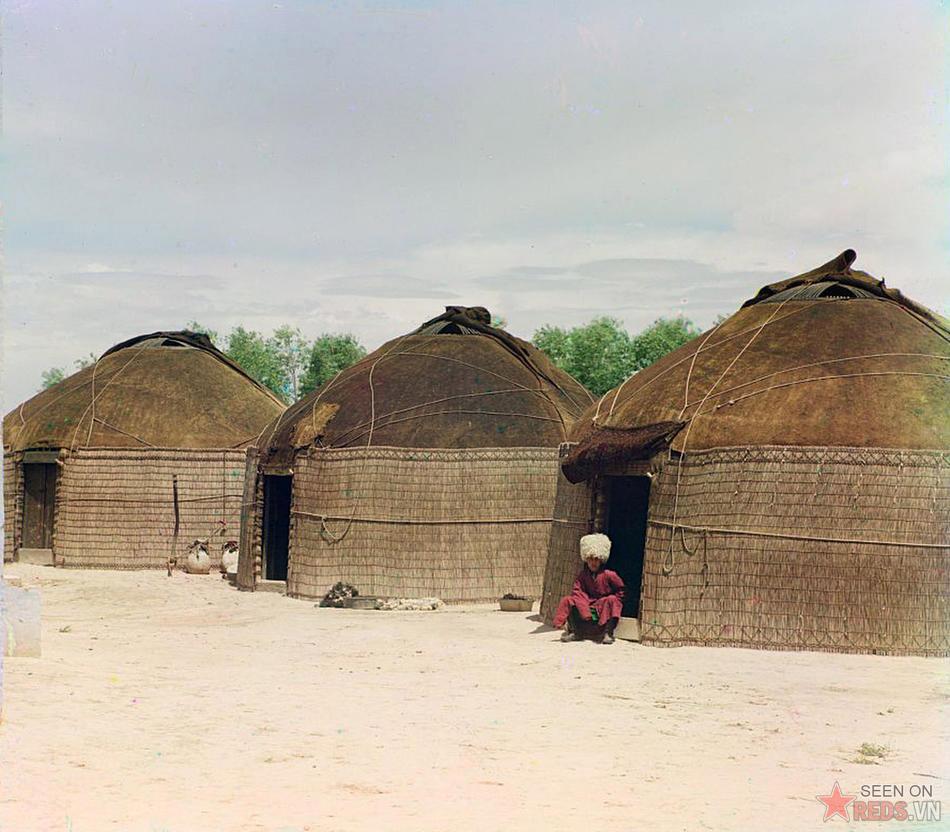 Ba chiếc yurt (kiểu nhà ở vùng Trung Á). Một người đàn ông ngồi ở ngưỡng cửa của một yurt, khoảng năm 1905 – 1915.