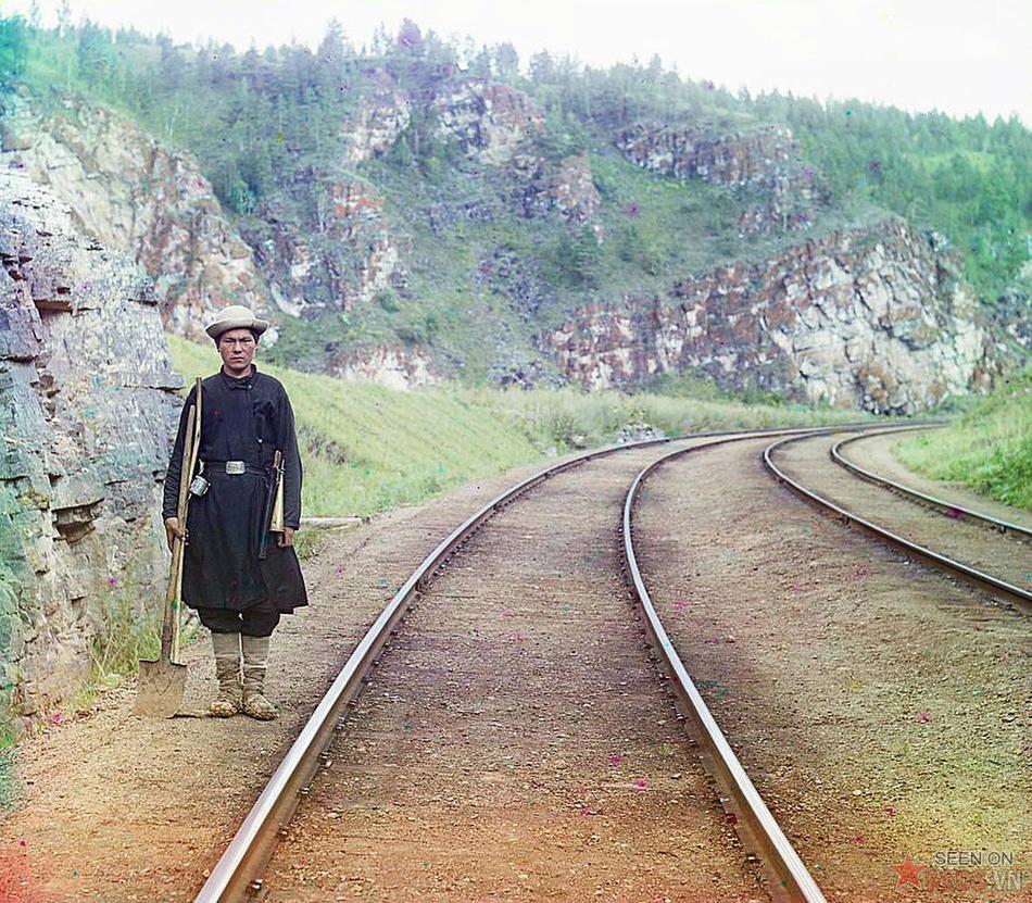 Người bẻ ghi xe lửa trong trang phục của tộc người Bashkir, 1910.