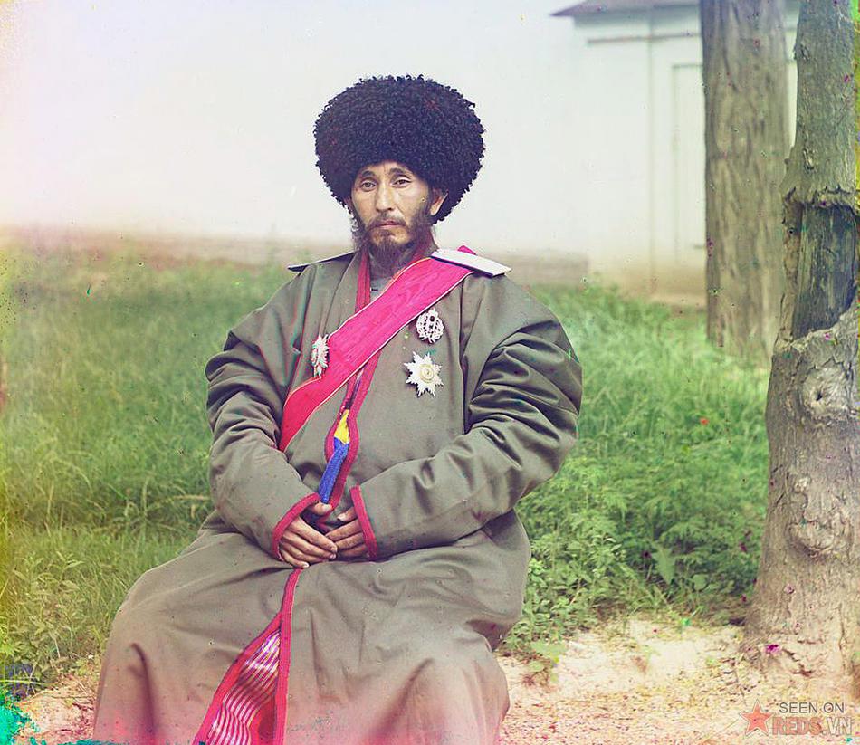 Isfandiyar là Khan (thủ lĩnh địa phương) dưới quyền của của chính quyền bảo hộ Nga tại Khorezm (Khiva), khoảng năm 1905 – 1915.