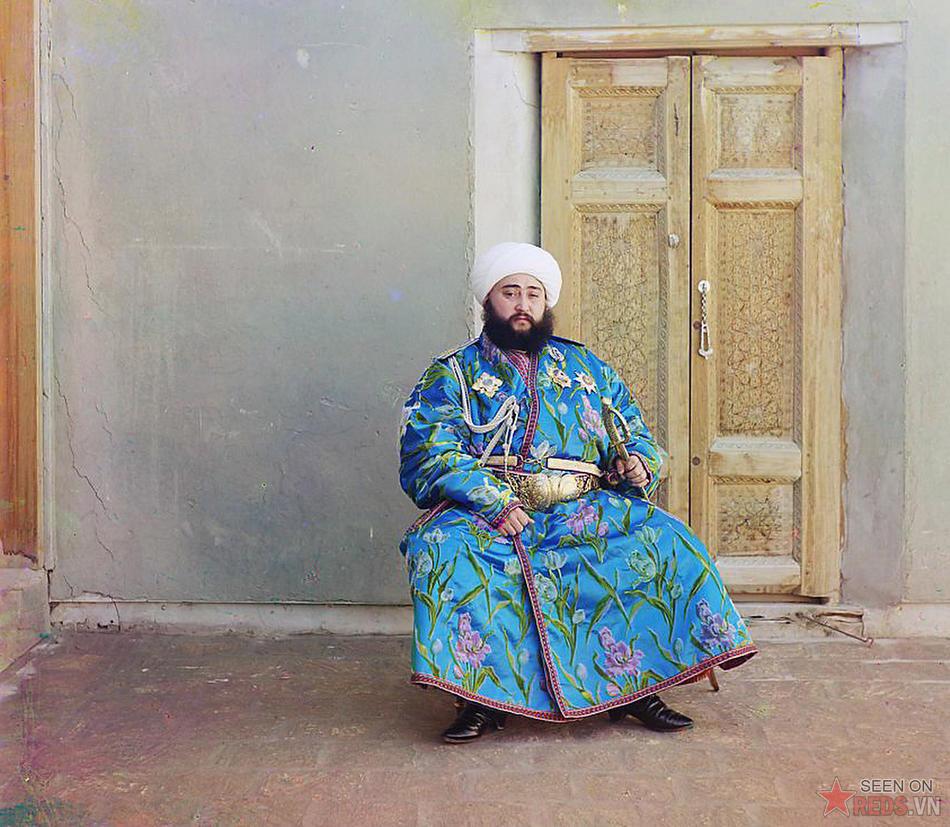 Emir Seyyid Alim Mir Mohammed Khan, người cai trị thành phố Bukhara (Uzbekistan) tạo dáng chụp ảnh cùng thanh kiếm, năm 1910.