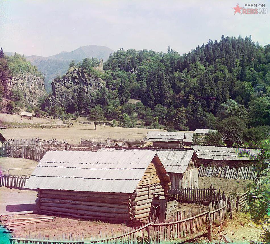 Những ngôi nhà gỗ ở khu vực núi Ural, khoảng năm 1905 – 1915.