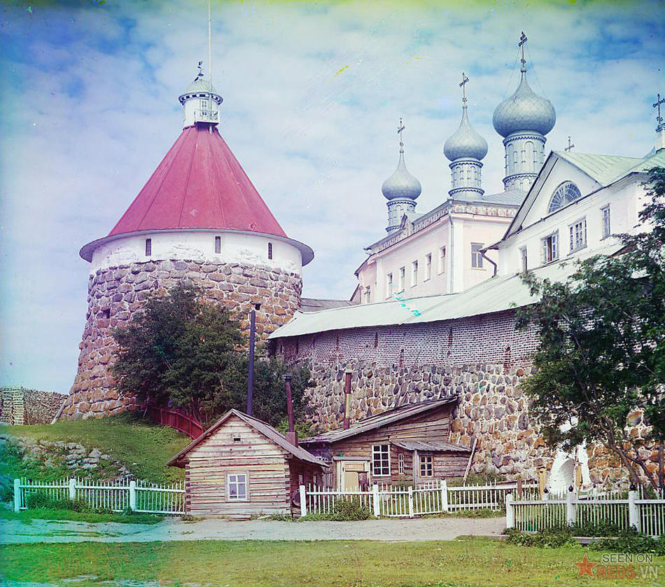 Ngọn tháp của nhà thờ Thiên Chúa Ba Ngôi trong tu viện Solovetski, trên hòn đảo cùng tên, 1915.