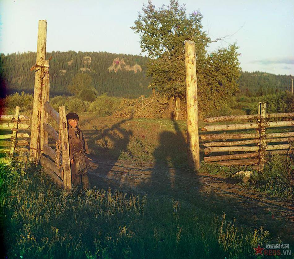 Cậu bé bên cánh cổng bằng gỗ, 1910.