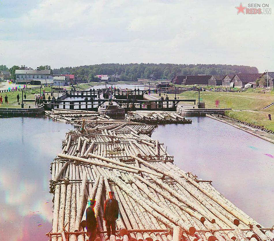 Những bè gỗ trên kênh đào Peter Đại đế, thành phố Shlisselburg, Đế chế Nga, 1909.