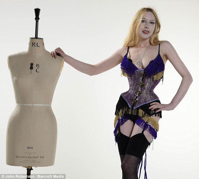 """Orton cho biết chiếc áo corset đã trở thành """"vật bất ly thân"""" của cô từ năm cô mới chỉ 14 tuổi. Ảnh: Bacroft Media"""
