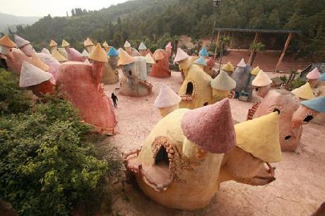 """Những ngôi nhà trong """"Vương quốc"""" có hình nấm và kích thước nhỏ bé dành cho người lùn"""