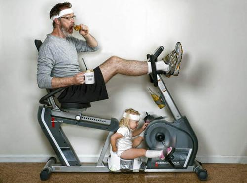 Những năm qua, nhiếp ảnh gia người Washington D.C Dave Engledow đã liên tục chụp những loạt ảnh hài hước với tên gọi World's Best Father (Người cha tốt nhất thế giới).