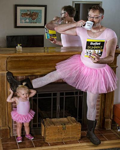 """Nếu để ý kỹ bạn sẽ thấy trong mỗi bức ảnh đều xuất hiện một """"đạo cụ"""" quen thuộc là chiếc cốc in dòng chữ """"World's Best Father"""" yêu thích của ông bố Engledow."""