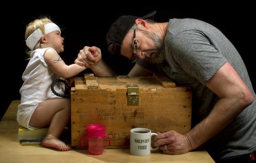 Sau khi nhận được những phản hồi tích cực trên cộng đồng mạng dành cho bức ảnh đầu tiên đó, 4 tháng sau, ông đã quyết định chụp một loạt ảnh khác khắc họa hình ảnh ông bố bất cẩn và cô con gái nhỏ luôn bị đặt trong những tình huống hết sức thiếu an toàn.