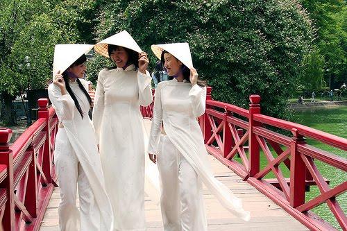 Nón lá, áo dài - những nét trang phục riêng của người con gái Việt