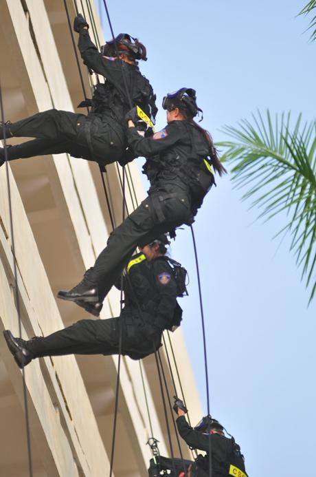 Nữ cảnh sát đặc nhiệm diễn tập chống khủng bố (11)