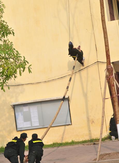 Sử dụng sào để đột kích lên tầng 3, được xác định là nơi ẩn náu và giữ con tin của bọn khủng bố.