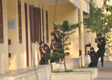 Thương thuyết không thành, lực lượng đặc nhiệm được lệnh tấn công giải cứu con tin
