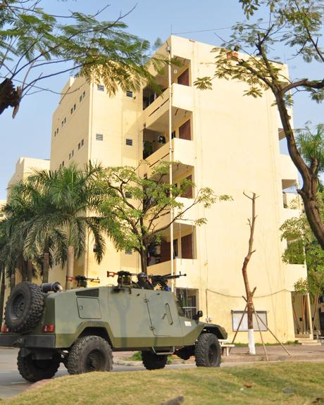 Nhận được tin báo, lực lượng cơ động và các chiến sỹ đặc nhiệm nhanh chóng có mặt.