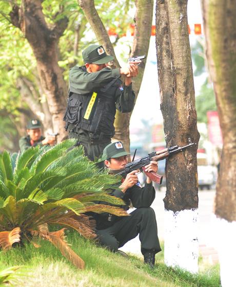 Các vị trí hiểm yếu xung quanh tòa nhà nhanh chóng được chiếm giữ trong lúc một chiến sỹ thương thuyết với bọn khủng bố