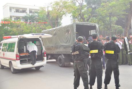 Phía bên ngoài, lực lượng hậu cần nhanh chóng triển khai, hỗ trợ các chiến sỹ đặc nhiệm. Màn diễn tập chống khủng bố diễn ra thành công tốt đẹp.