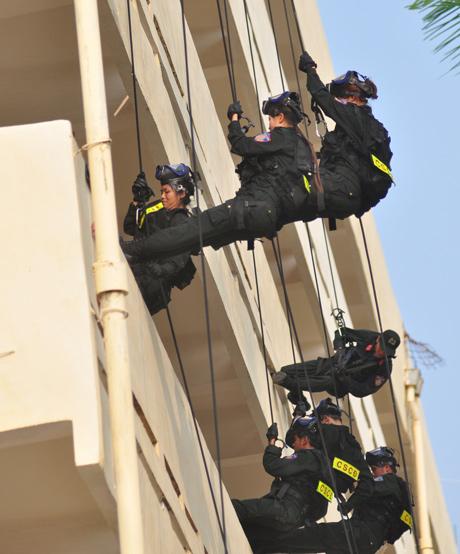 Ngay khi hiệu lệnh tấn công được phát ra, các nữ cảnh sát đặc nhiệm nhanh chóng hiệp đồng, bất ngờ đu dây xông vào mục tiêu