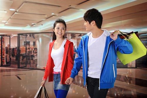 Phái nữ thích được bạn trai dẫn đi mua sắm (Ảnh minh họa)