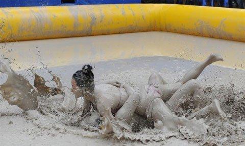 Gái xinh tắm bùn với lợn (8)