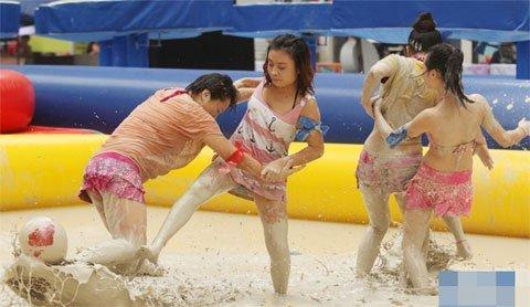 Gái xinh tắm bùn với lợn (2)
