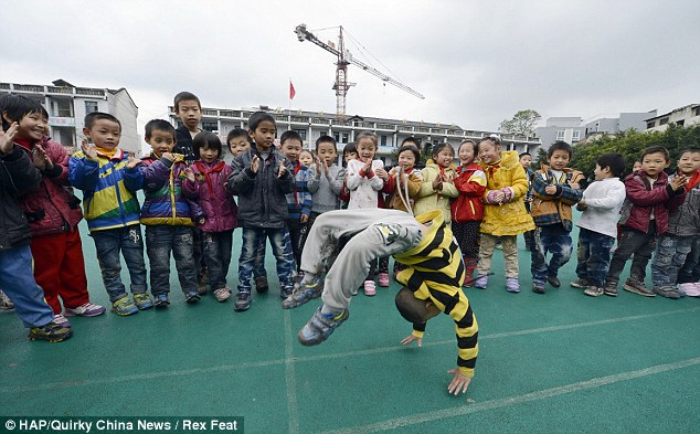 Trong khi bạn bè cùng tuổi vui chơi thì Long Daihao đã phải dành thời gian cho những giờ luyện tập vô cùng mệt mỏi để trở thành người nhào lộn tốt nhất thế giới.