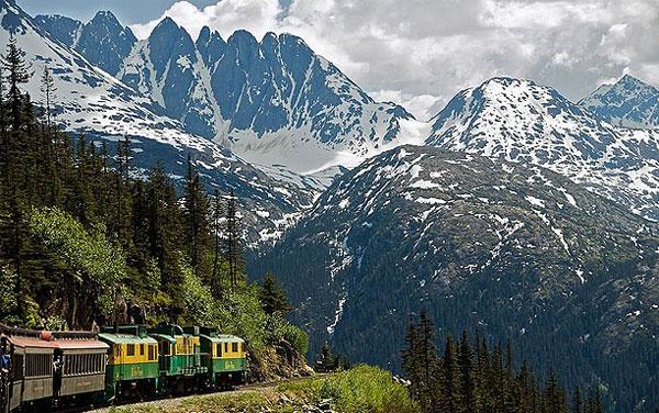 Tuyến đường dài 176 km nối hai từ Canada sang Mỹ được xây dựng từ cuối năm 1990, khi cơn sốt vàng ở Alaska lên đến đỉnh điểm