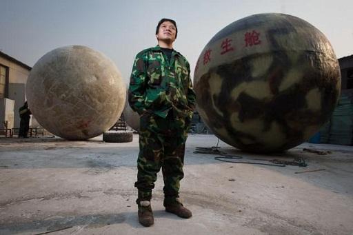 Một người đàn ông Trung Quốc tạo ra quả cầu để trú ẩn vào ngày tận thế (Nguồn: AFP)
