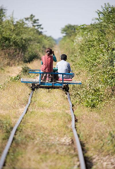 Xe lửa tự chế Bamboo của người Campuchia là phương tiện thú vị, độc đáo nhất mà khách du lịch khó có thể bỏ qua khi tới đây.