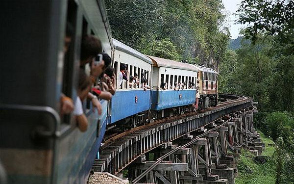 Đường ray tử thần ở Thái Lan tai tiếng với việc hơn 90.000 người lao động, 160.000 tù nhân chiến tranh đã thiệt mạng khi xây dựng 400 km đường ray nối giữa Bangkok và Myanmar này.