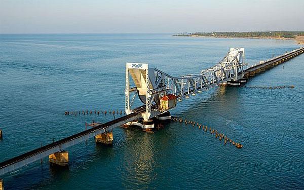 Thị trấn Rameswaram, đảo Pamban, được kết nối với lục địa Ấn Độ bằng một cây cầu dài 2,4 km